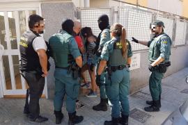 Bei Razzia: Bandenmitglied fährt Polizisten um