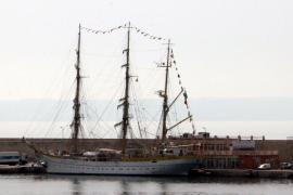 """Die """"Mircea"""" vertritt im Hafen von Palma die """"Gorch Fock"""""""