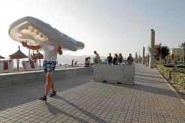 Polizei stellt Betonbarrieren an Playa de Palma auf
