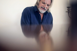 """Stefan Jürgens am Flügel seiner Urlaubsunterkunft """"Residencia Los Naranjos"""" in Son Sardina: """"Es gibt Musik, die auch ohne Haltun"""