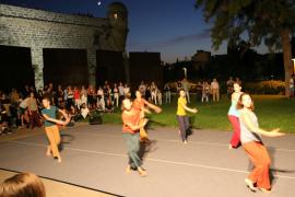 Tanzperformance auf der Plaza Porta Santa Catalina.