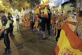Am Donnerstagabend hielt die Polizei in Palma zwei gegnerische Kundgebungen auf Abstand voneinander.