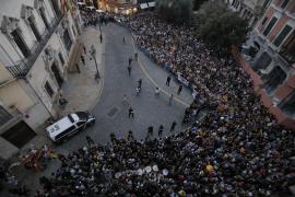 """Vor dem """"Ayuntamiento"""" war am Sonntag kein Durchkommen mehr. Die Menschen zeigten sich solidarisch mit Katalonien."""