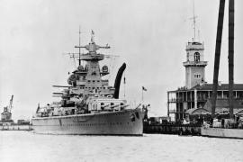 """Die Aufnahme zeigt den """"Admiral Scheer"""" 1936 bei einem Aufenthalt in Gibraltar."""