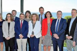 Mit von der Partie auf der Tagung: Hotelierspräsident Gabriel Llobera, die balearische Generaldirektorin für Tourismus, Pilar Ca