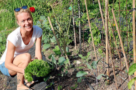"""Die Schwedin Anna Jacobsson gärtnert seit April in der """"Biogranja""""."""