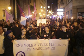 1000 Menschen marschieren gegen Gewalt an Frauen