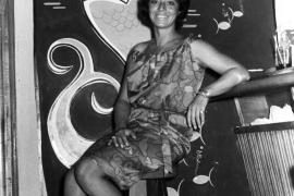 Helga Braun an der Bar vom Hotel Biarritz im August 1962.