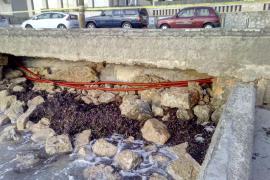 Der Sturm beschädigte die Ufermauer und legte die Stromkabel für die Straßenbeleuchtung frei.
