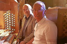 Die Orgel spielt Klaus Stehling, im Bild mit dem Organisten der Kathedrale, Bartomeu Mut, im Hintergrund.