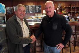 Helmut Kalenborn (r.) bedankt sich in der Bar Es Caçadors in Llucmajor bei Sebastián Verger.
