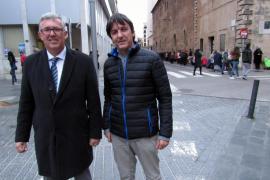 Klaus Goergen (l.) und Marcos Pleite vor dem Nonnenkloster Convent Frares Caputxins in Palma. Marcos hat gerade Lebensmittel gel