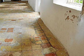 Durch das Einsickern von Wasser senkt sich in den Klostergängen allmählich der Boden.