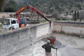 Ausbesserungsarbeiten am Wasserspeicher des Landgutes.