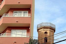 Der Aussichtsturm der Jugendstilvilla Schembri aus den frühen 1920er Jahren steht seit den 1980er Jahren im Schatten eines Nachb