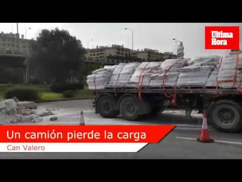 Laster verliert Ladung an Autobahnausfahrt