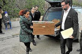 Dezernentin Aurora Jhardi und Bürgermeister Antoni Noguera aus Palma (l.) tragen eine der Holzkisten, in denen die sterblichen Ü