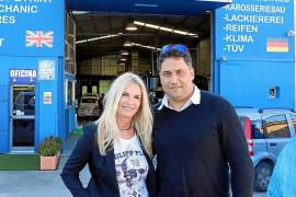 "Angela Larsen (l.) mit ""Autocenter""-Chef Alex Ramezani."