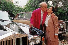 Hasso mit Ehefrau Astrid und zwei Exemplaren aus seinem Rolls-Royce-Fuhrpark.