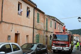 Herabfallende Hausteile beschädigen drei Autos