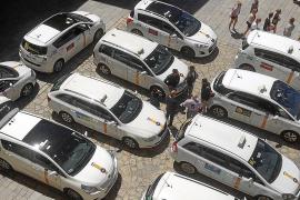 Video-Kameras gegen Taxis vor der Kathedrale