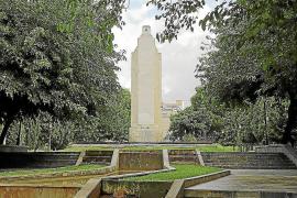 Das Kriegsdenkmal beziehungsweise Mahnmal in Palmas Stadtpark Sa Feixina: Die Oberfläche der Säule ist seit 2010 ohne Inschrift.