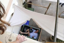 Nico Körner (Christoph M. Ohrt) ist beim Herausklettern aus dem Hotelzimmerfenster im Müllcontainer gelandet und bittet Vicky (K