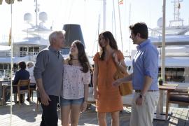 Im Hafen Port Adriano treffen sich Vicky (Katharina Müller-Elmau) und Nico (Christoph M. Ohrt) Körner mit ihrer Tochter Jenny (G
