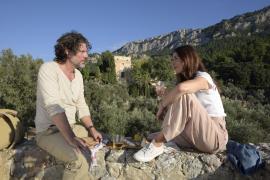 Javier (Gregory B. Waldis) zeigt Vicky (Katharina Müller-Elmau) die schönsten Orte seiner Insel Mallorca.