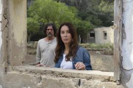 Vicky (Katharina Müller-Elmau) zeigt Javier (Gregory B. Waldis) ein Anwesen, das sie vor vielen Jahren mit Nico auf Mallorca kau