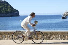 Javier (Gregory B. Waldis) eilt am nächsten Morgen, nachdem er Vicky etwas uncharmant abserviert hat, mit einem Blumenstrauß zu