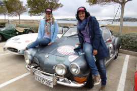 Nadja Rothkirch und ihre Beifahrerin Ingrid Peeters sind mit einem Karmann-Ghia unterwegs.