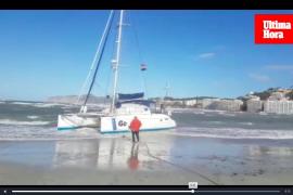 Wind treibt Katamaran an den Strand von Santa Ponça