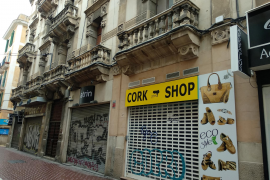 Werbetafel an einem denkmalgeschützten Gebäude in der Via Sindicato.
