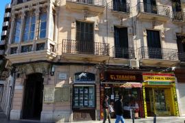 Auch dieses denkmalgeschützte Gebäude an der Plaça d'Espanya ist mit Werbeschildern verunstaltet worden.