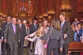 Prinzessin Leonor löst sich aus der Umarmung ihrer Großmutter Königin Sofía.