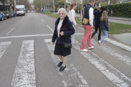 Wenn sie eine Straße überqueren muss, ist die alte Dame besonders vorsichtig.