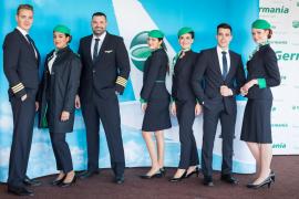 Germania-Mitarbeiter aus Mallorca präsentiert Uniform
