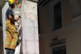Feuerwehr entfernt lose Säulenfliesen an Plaça Major