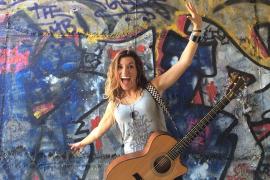 Eine Argentinierin rockt auf Mallorca ab