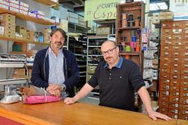 Inhaber Joan Bonet (l.) führt den Laden seines Vaters aus Liebe zur Tradition weiter.