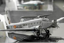"""Flugzeugmodelle (hier eine Ju-52) in der Ausstellung """"Militärmaschinen der Luftwaffe auf den Balearen"""" im Militärarchiv in Palma"""