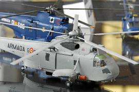 """Hubschraubermodelle der Seenotrettung in der Ausstellung """"Militärmaschinen der Luftwaffe auf den Balearen"""" im Militärarchiv in P"""