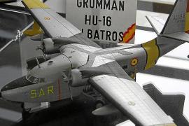 """Flugzeugmodell (hier eine Grumman) in der Ausstellung """"Militärmaschinen der Luftwaffe auf den Balearen"""" im Militärarchiv in Palm"""
