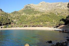 Keine Sonnenschirme und Liegestühle in Cala Tuent