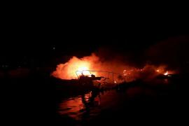 Drei Boote gehen in Port de Pollença in Flammen auf