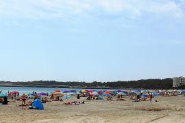 Auch in Cala Millor fehlen Strandliegen und Schirme
