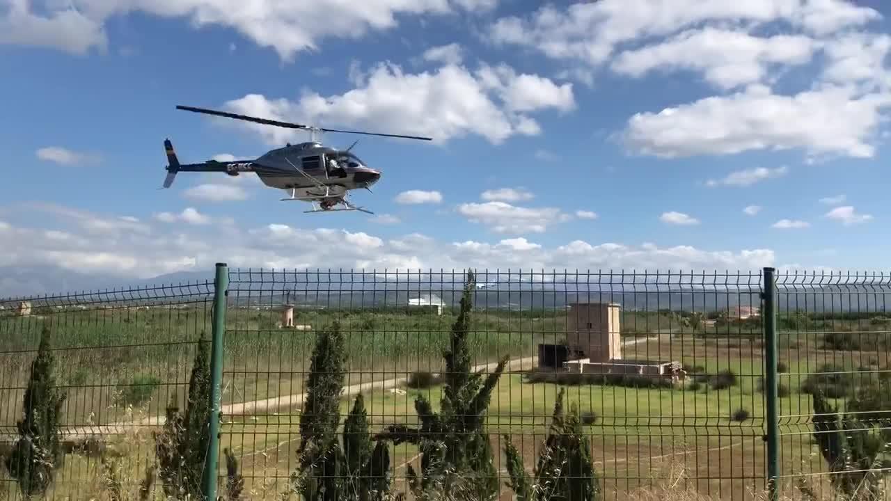 Hubschrauber im Einsatz gegen Mücken in Palma