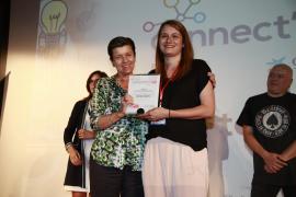Verlagspräsidentin Carmen Serra (l.) übergibt den ersten Preis an Noelia Márquez.