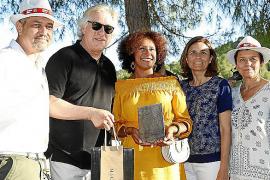 """Dirk Dünkler (Golf de Andratx, l.) und MM-Chefredakteur Bernd Jogalla ehren gemeinsam mit Carmen (r.) und Paula Serra von der """"G"""